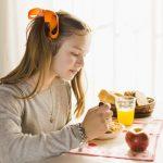 vista-lateral-nina-comiendo-desayuno-saludable_23-2147873764 (1)