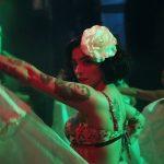 Con cacerolazos y pañoletas verdes: Mon Laferte estrena videoclip de su single 'Plata ta tá'